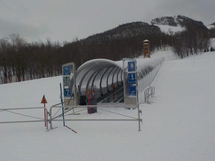 Mont Orford, Lundi le 22 fév. Comme le bon vin, les pistes se sont améliorées d'heure en heure. IL neige.
