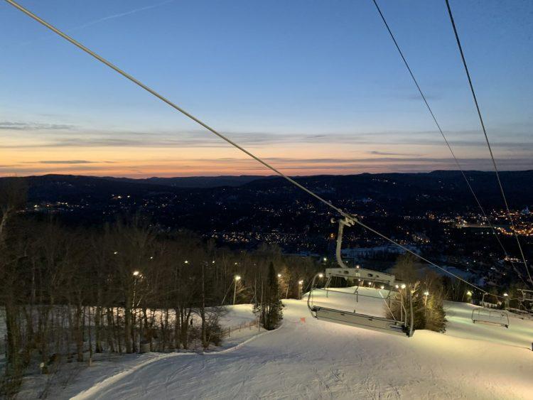 Hop en ski à St-Sauveur à +12 degrés après le travail!